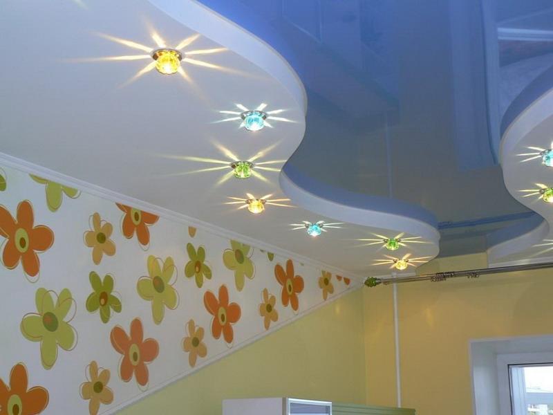Двухуровневая конструкция двойных волн и разноцветными светильниками