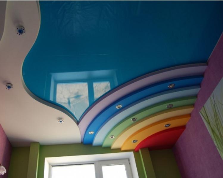 Многоярусная конструкция с разноцветными уровнями «радуга» в детской комнате