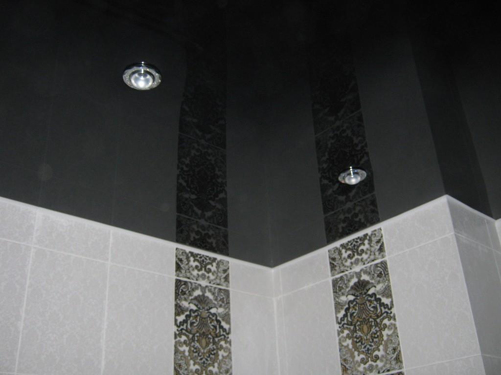 Натяжной глянцевый потолок черного цвета в ванной