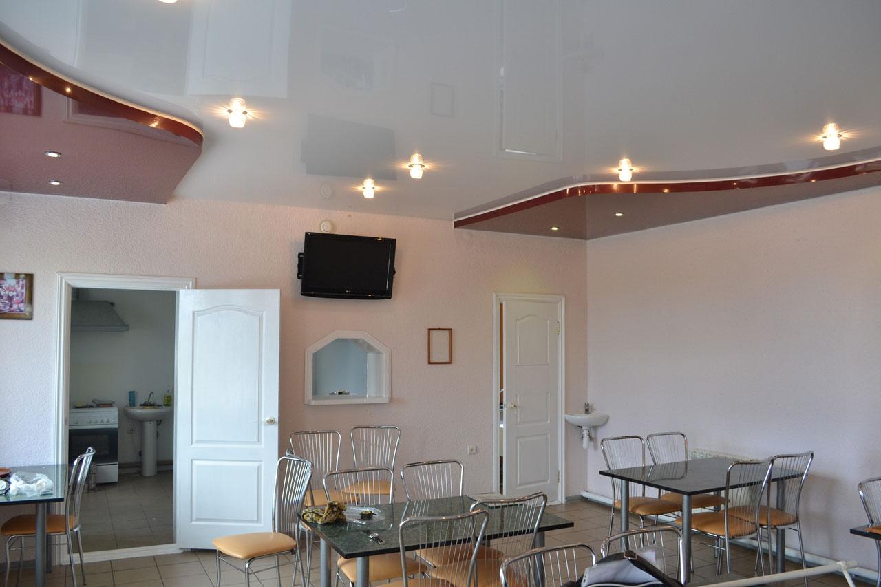 Двухуровневый глянцевый потолок с симметричными конструкциями по краям