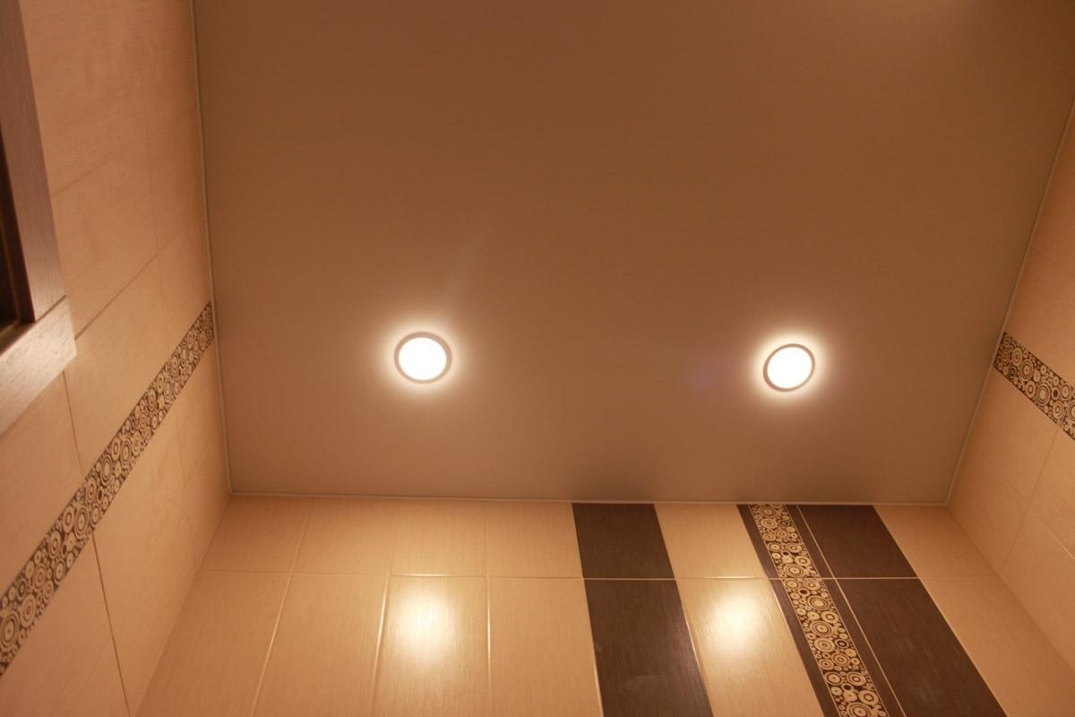 Потолок с двумя светильниками туалете