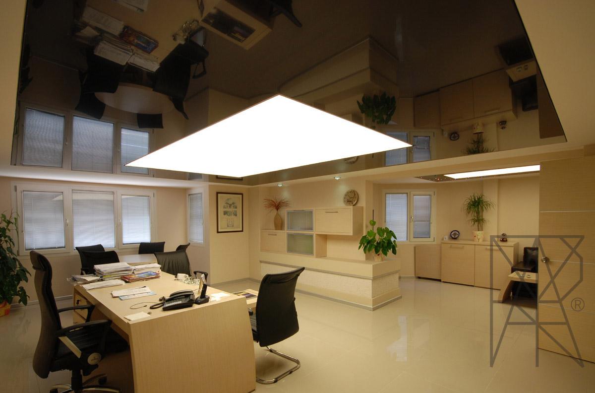 Черный глянцевый потолок со спайкой и светодиодной подсветкой стильное решение для офиса