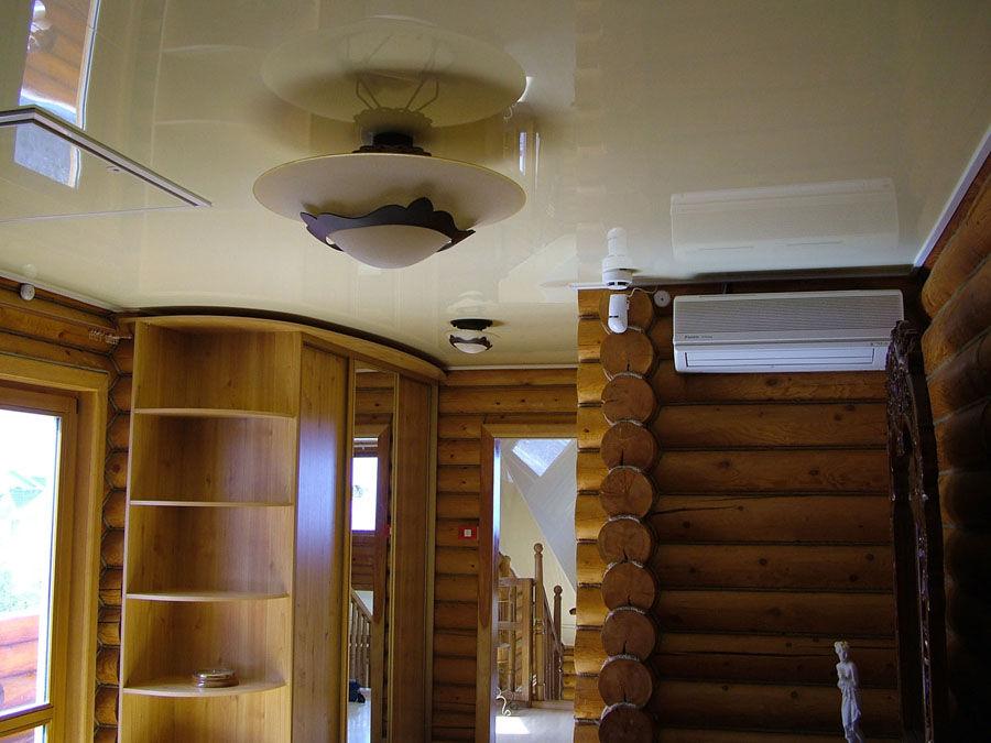 Глянцевый белый потолок с установкой потолочной люстры