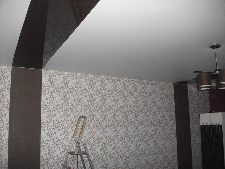 Сатиновый белый потолок со спайкой цветного глянца в маленькой студии