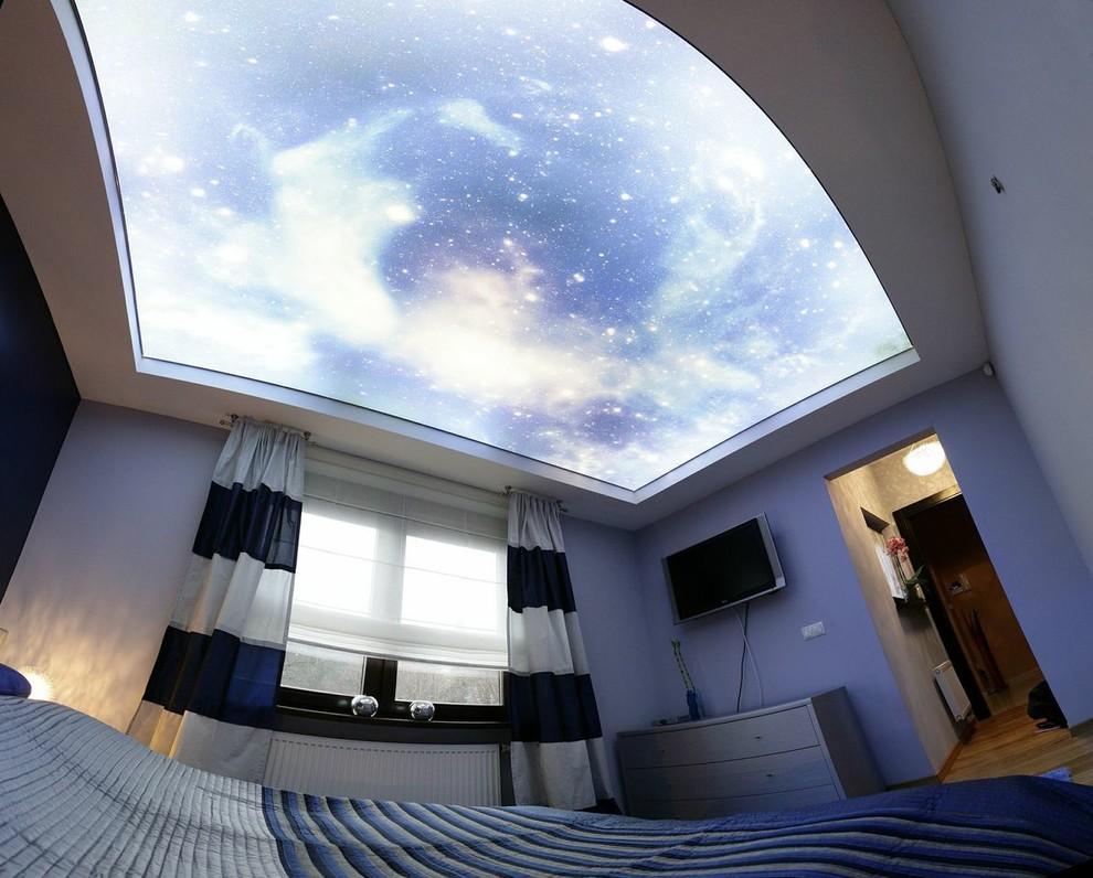 Двухуровневая конструкция с верхнем светящимся уровнем звездного неба