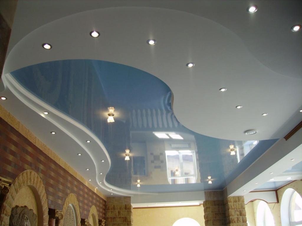 Двухуровневый натяжной потолок ПВХ в сочетании цветной глянцевой и матовой фактуры с установкой точечных светильников