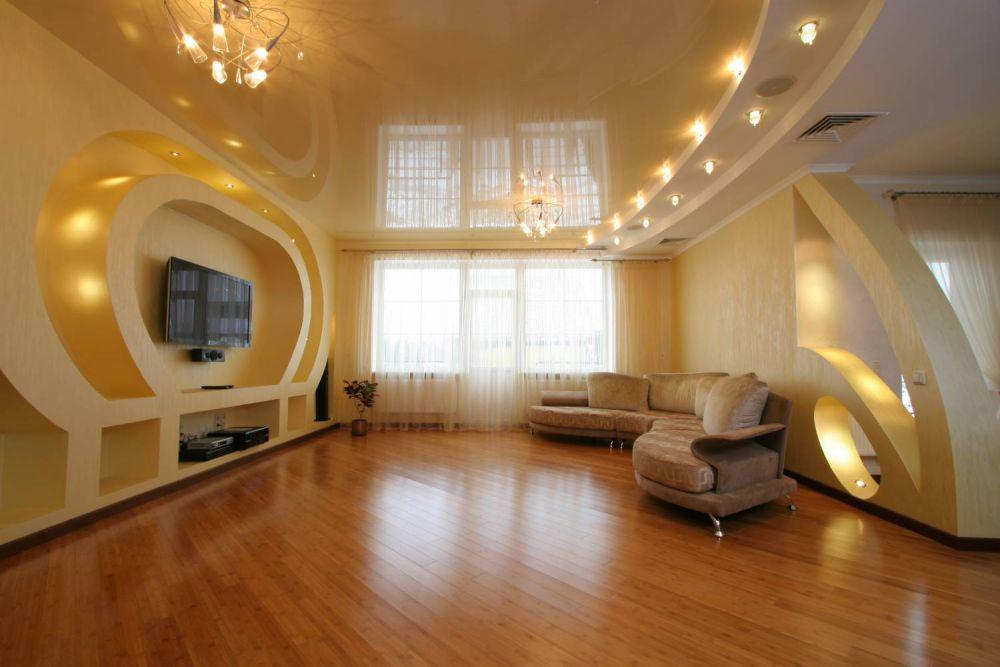 Двухуровневый белый потолок с разными фактурами установкой люстры и точечных светильников