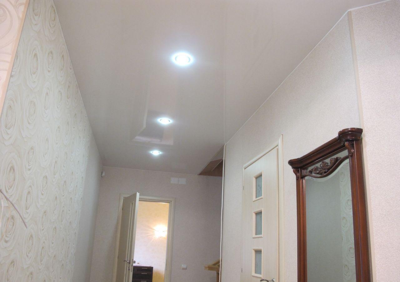 Белый глянцевый натяжной потолок в коридоре со светодиодными светильниками