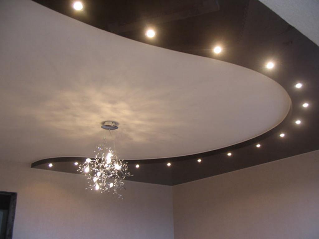 Двухуровневая конструкция с глянцевым белым полотном , люстрой, светодиодной лентой по периметру и встроенными светильниками