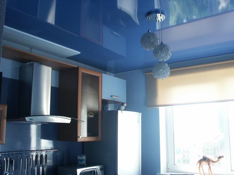 Глянцевый потолок синего цвета отлично вписывающейся с кухонным гарнитуром