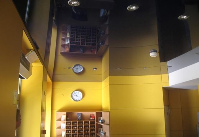 Глянцевый черный потолок с встроенными светильниками и пожарной системой для офисов