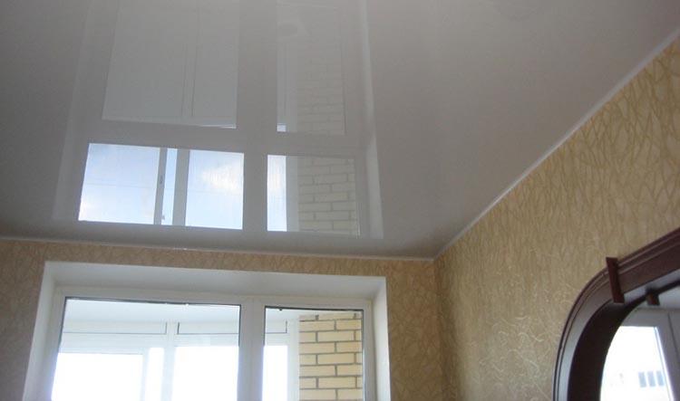 Классический глянцевый белый потолок для эффекта зрительного увеличения стен