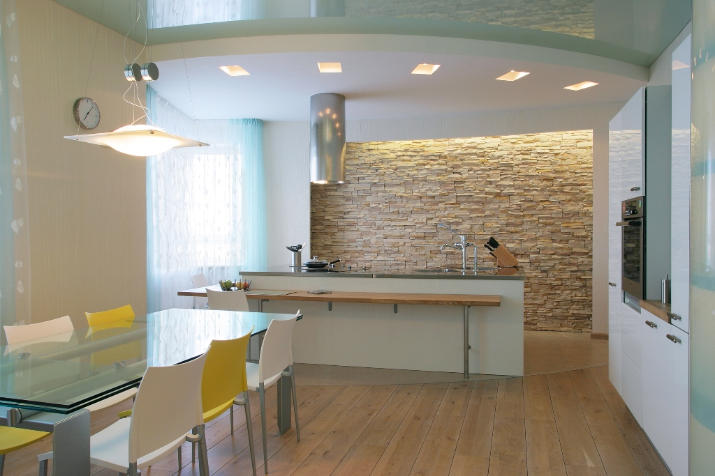 Вставка из глянцевого натяжного потолка голубого цвета-отличный вариант для кухни