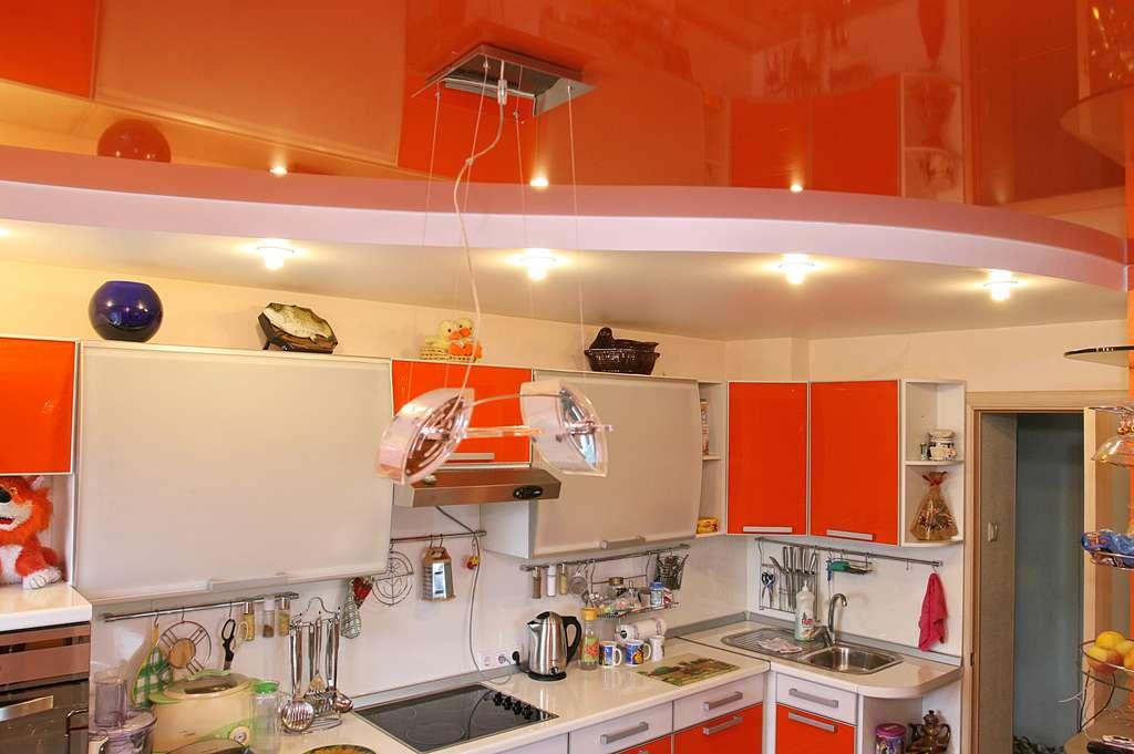 Красный глянец для потолка на кухне в сочетании с двухуровневой конструкцией-классическое и смелое решение в интерьере