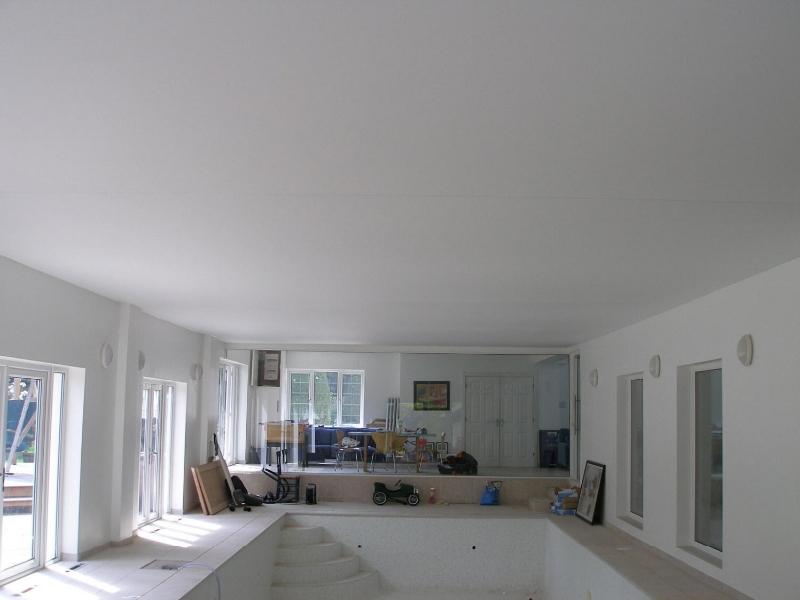 Белый матовый натяжной потолок для гостиной в коттедже