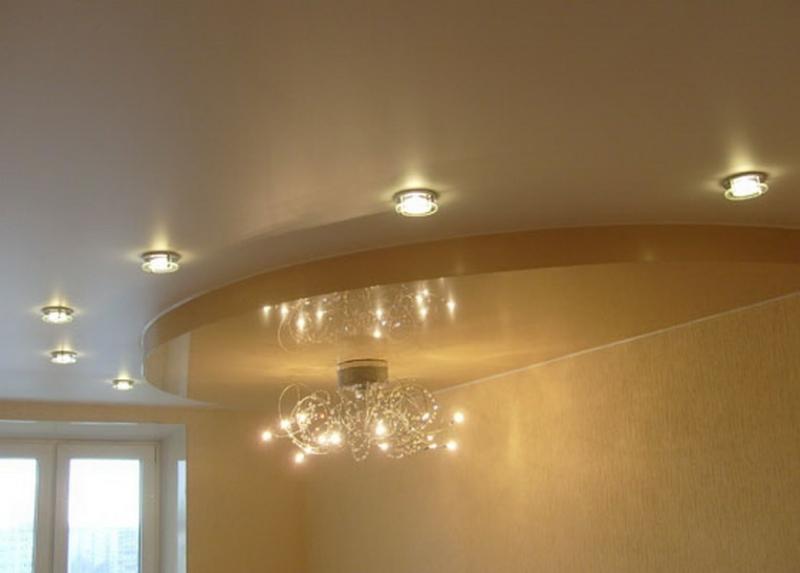 Двухуровневый матовый натяжной потолок с люстрой и встроенными светильниками