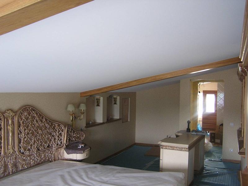 Матовый натяжной потолок к деревянном доме на мансардном этаже