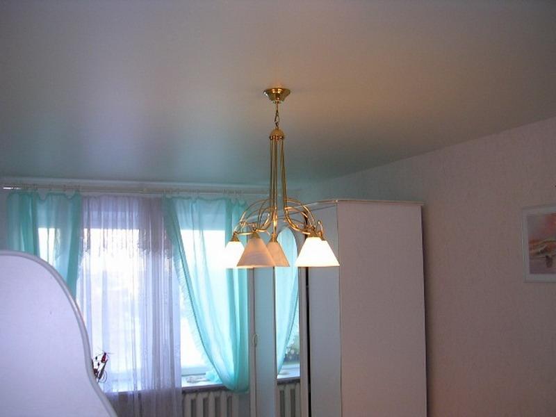 Бесшовный белый матовый натяжной потолок в интереьере спальни