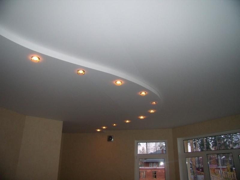 Двухуровневый натяжной белый матовый потолок со световым зонирование пространства в коттедже