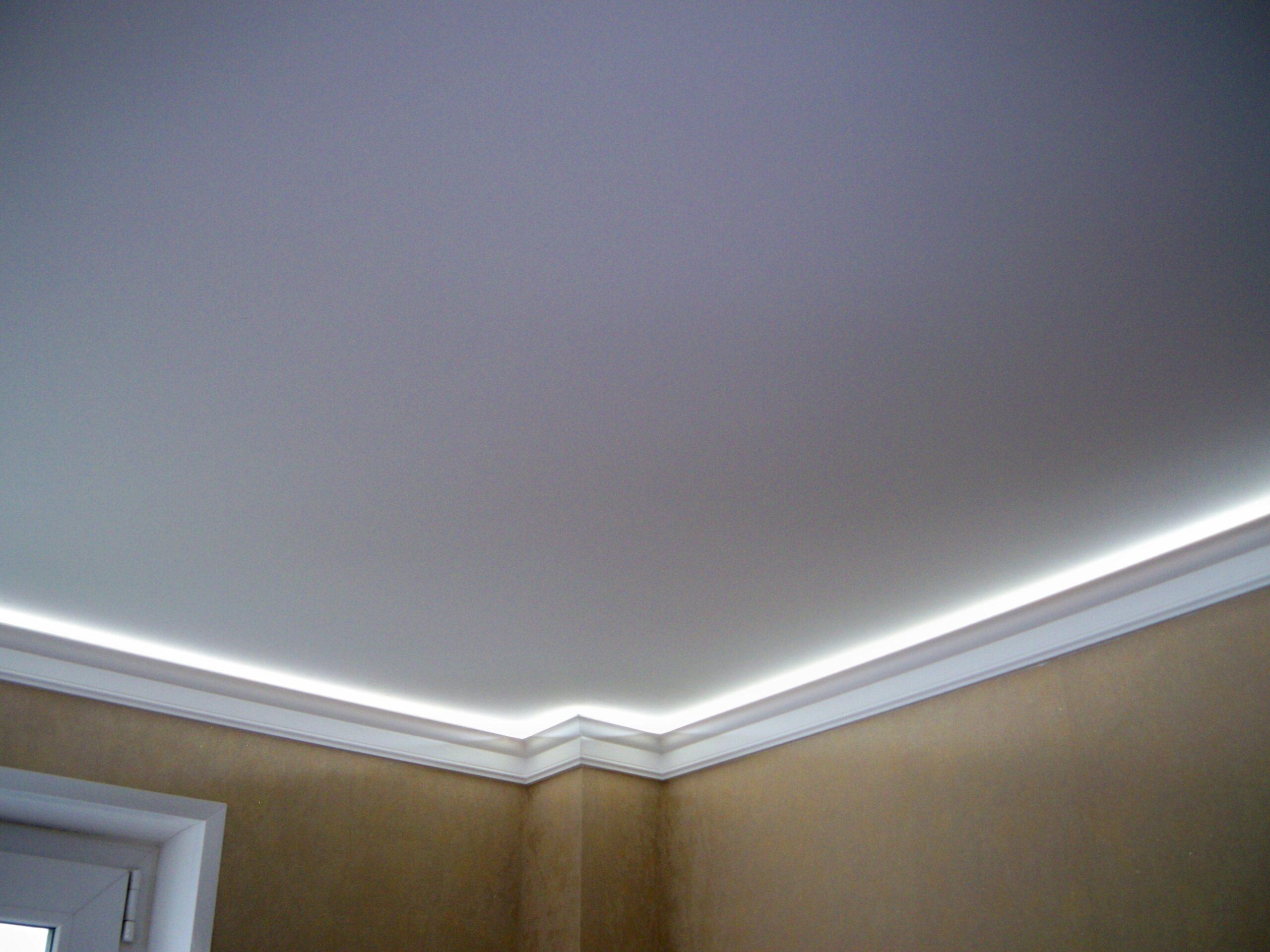 Белый матовый потолок со светодиодной подсветкой по периметру