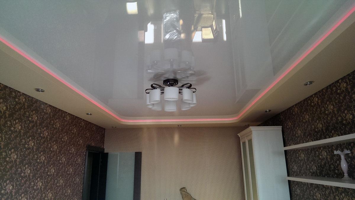Двойная двухуровневая конструкция со светодиодной лентой и встроенными светильниками