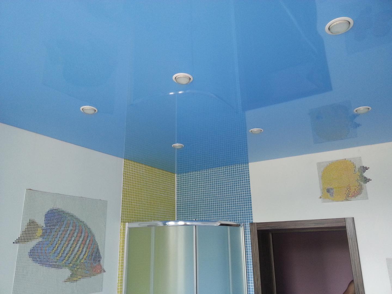 Синий глянцевый потолок в туалете