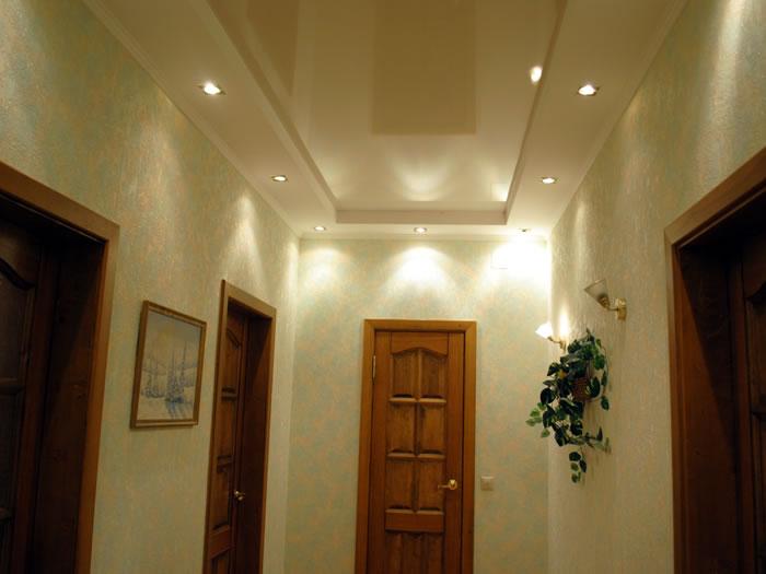 Белый глянцевый натяжной потолок в коридоре в коробе из гипрока