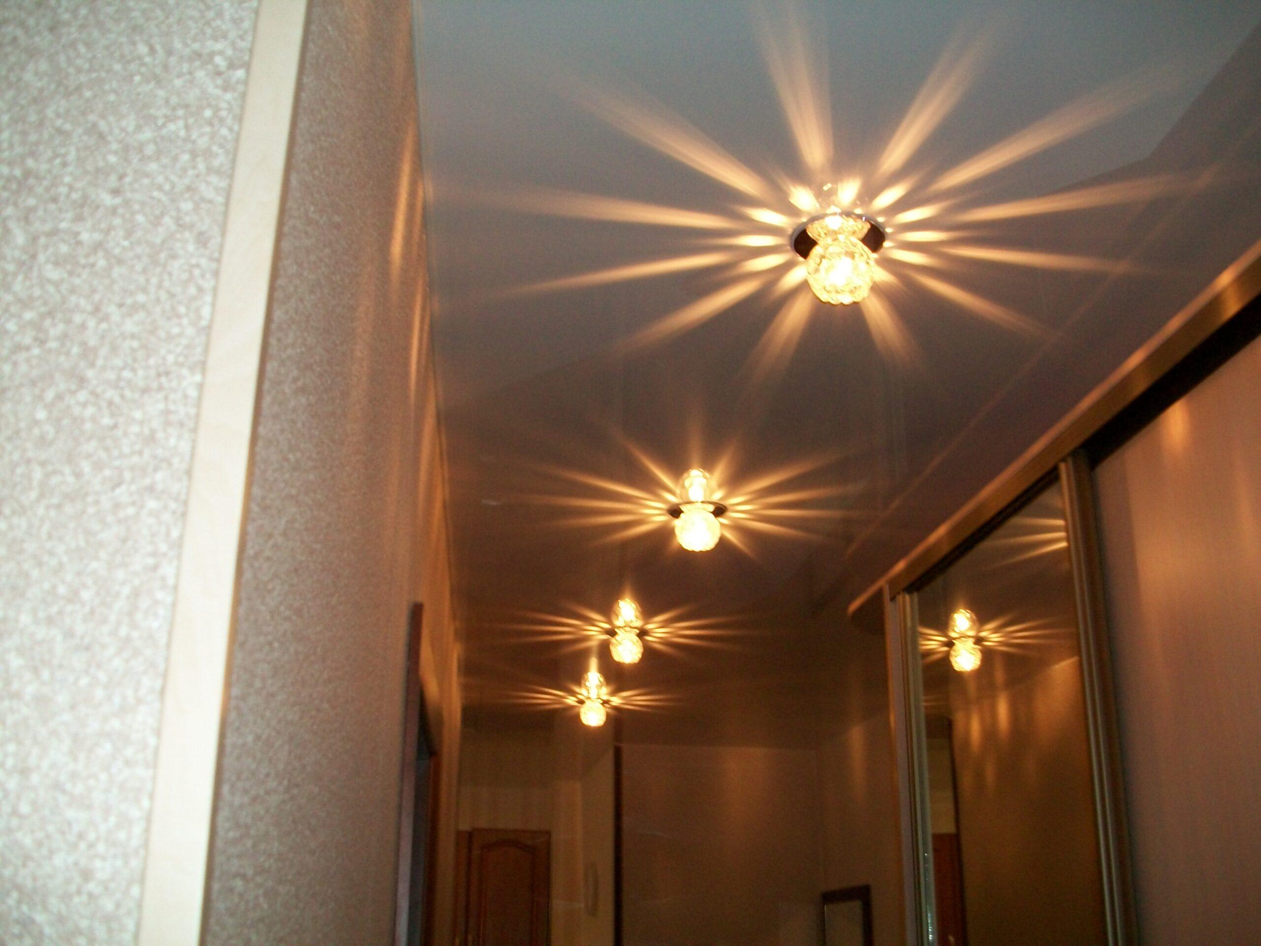 Глянцевый натяжной потолок со светодиодными светильниками в коридоре