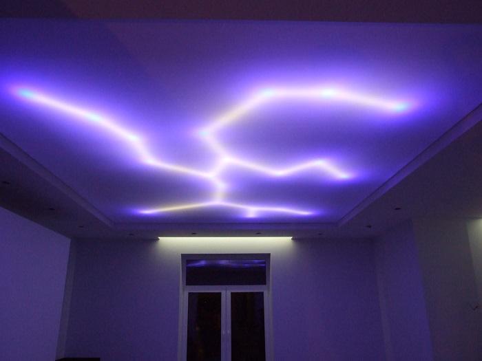 Отображение эффекта молнии на белом матовом полотне при помощи светодиодной ленты