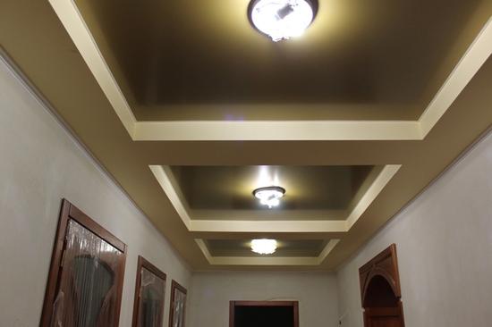 Цветной сатиновый потолок в коридоре в гипсокартоновом коробе