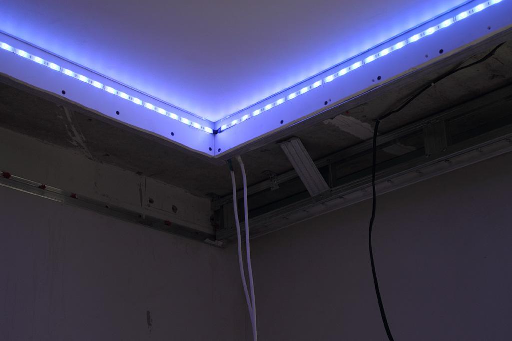 Установка светодиодной ленты по периметру потолка