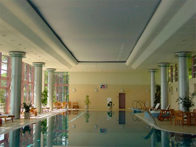 Белый глянцевый потолок в бассейне-оптимальный вариант вставки для двухуровневой конструкции