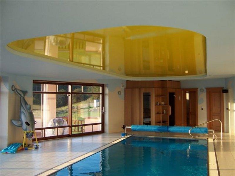 Двухуровневая конструкция с глянцевой вставкой желтого цвета в бассейне-ярко и креативно