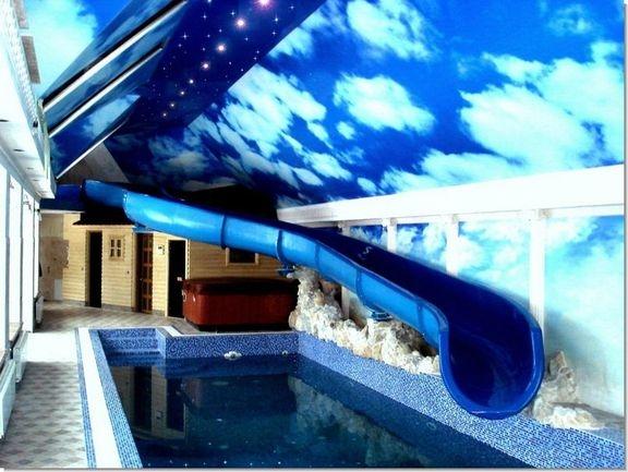 Натяжной потолок с вертикальными волнами в бассейне