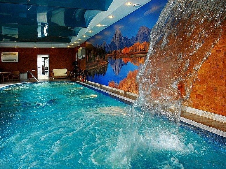 Потолки в бассейне не боятся брызг и влажности от воды