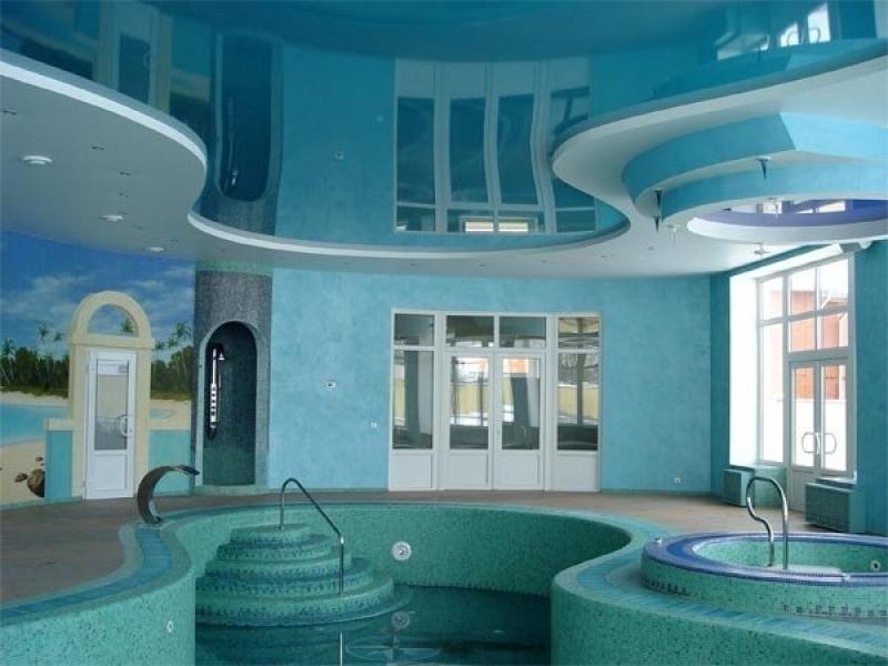 Двухуровневая конструкция с глянцевой вставкой голубого цвета в бассейне