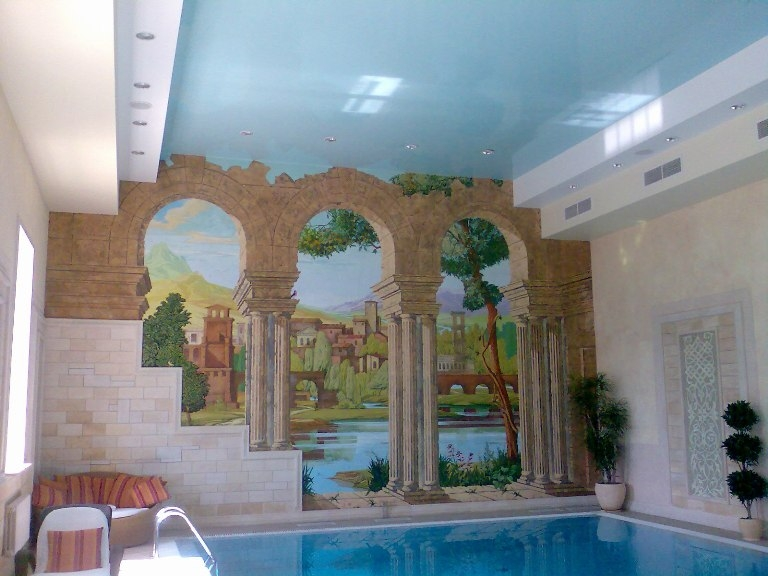 Глянцевый голубой потолок в бассейне