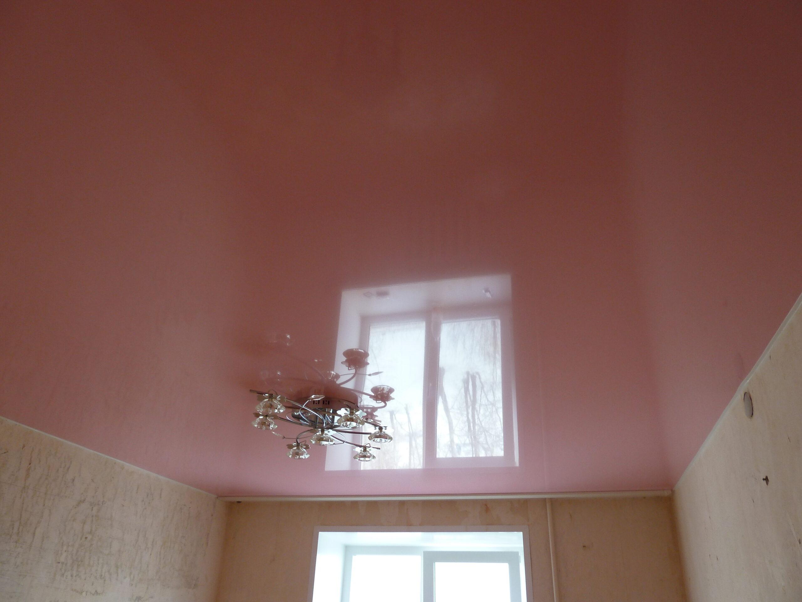 Бесшовный лаковый цветной потолок в детской комнате для девочки