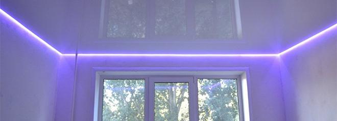 Глянцевый потолок с цветной светодиодной лентой по периметру в парящем профиле
