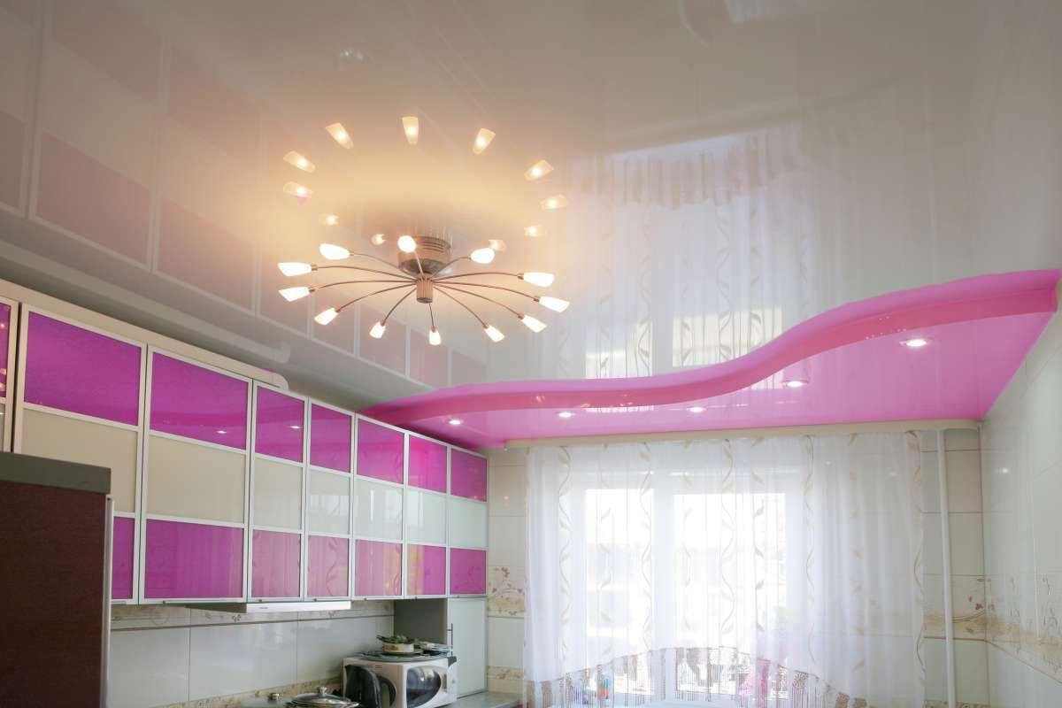 Двухуровневый глянцевый потолок с эффектом волны, встроенными светильники и люстрой