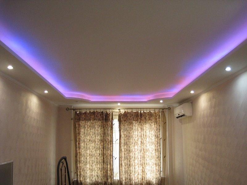 Двухуровневый белый матовый потолок с установкой цветной светодиодной ленты и точечных светильников
