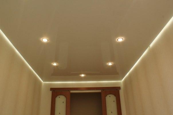 Парящий потолок из бежевого глянца со светильниками в классическом интрьере