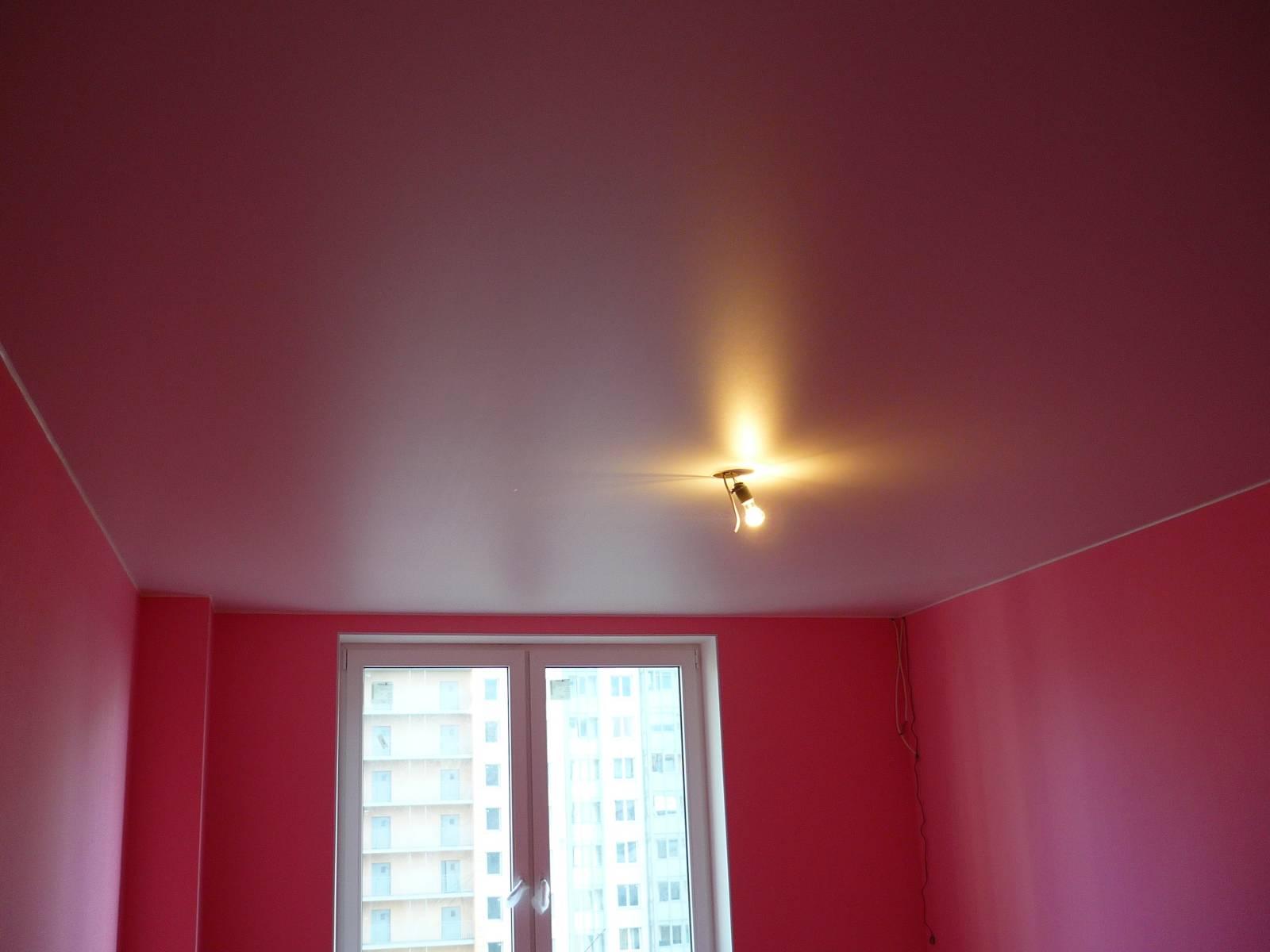 Сатиновый красный потолок с закладной для дальнейшего монтажа люстры