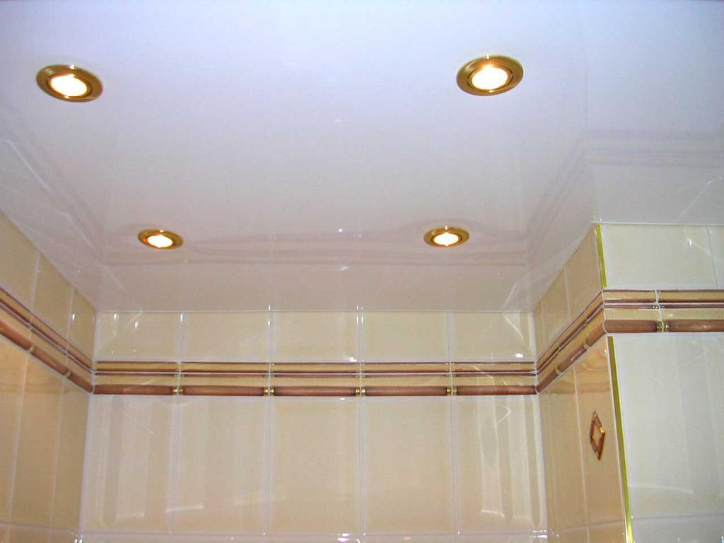 Потолок в ванной с четырьмя светильниками - фото со вспышкой