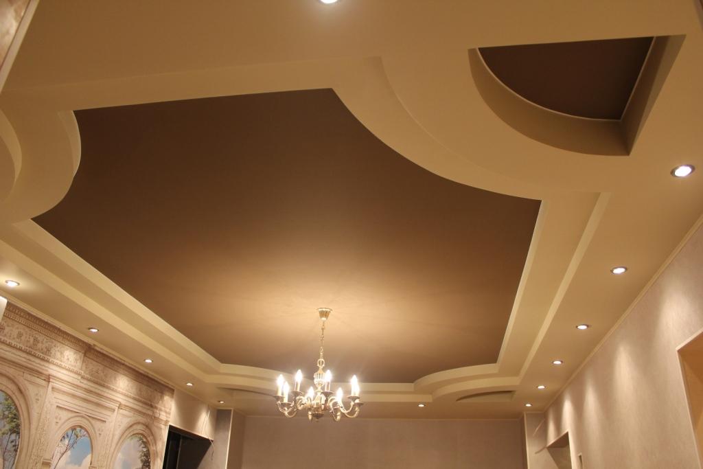 Двухуровневый матовый потолок с установкой люстры и точечных светильников