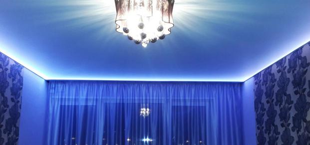 Белый матовый парящий натяжной потолок с цветной светодиодной лентой по периметру