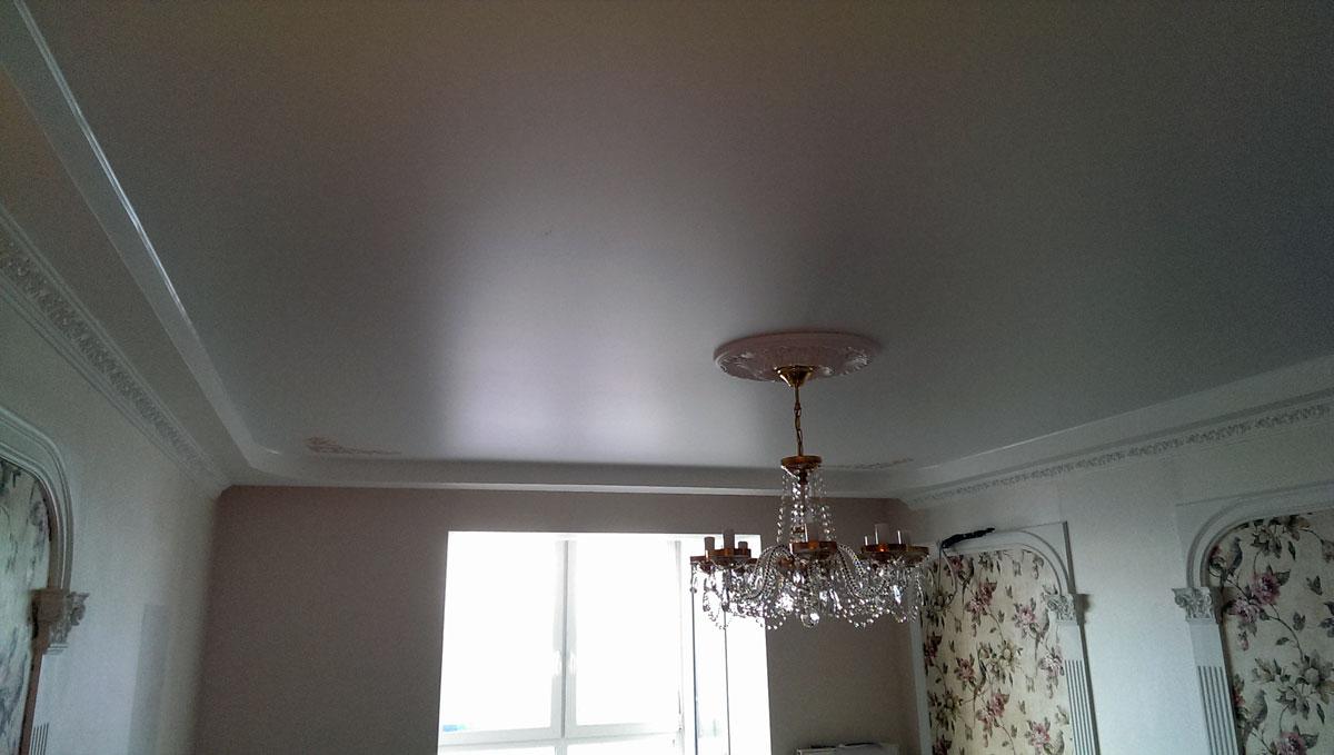 Сатиновый потолок в комнате