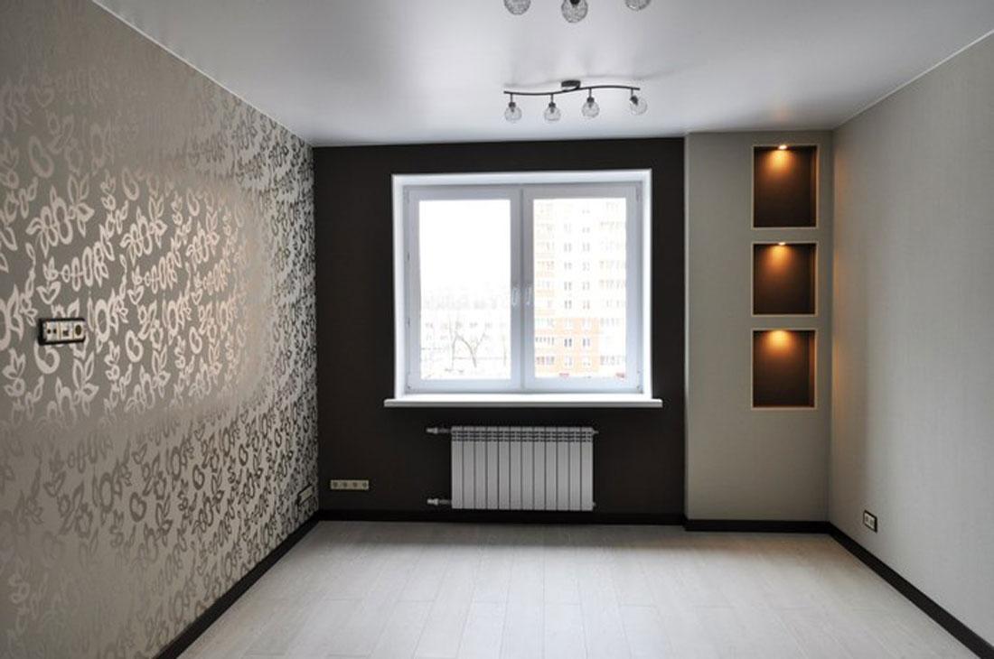 Сатиновый белый потолок в зале с двумя потолочными люстрами