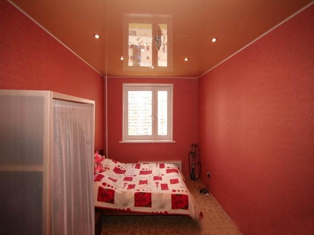 Цветной глянцевый потолок с установкой потолочной люстры и точечных светильников