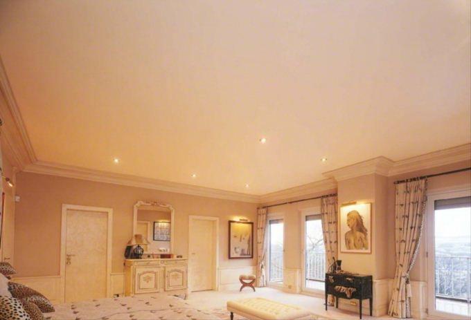 Белый матовый потолок с установкой точечных светильников- классическое решение для вашей спальни